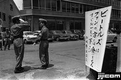 ビートルズ来日 メンバーが宿泊するホテルの近くに張り出された、ファンにホテルに近づかないよう注意を促す看板と警備の警官。英人気ロックバンド、ザ・ビートルズが初来日、6月30日から7月2日まで武道館で公演した(東京都) (1966年06月撮影)