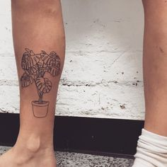 Monstera tattoo - Marian Machismo (@marianmachismo) on Instagram.