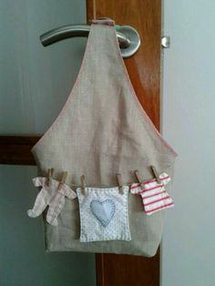 Clever idea to use tiny craft clothespins. Felt Crafts, Fabric Crafts, Sewing Crafts, Sewing Projects, Clothespin Bag, Peg Bag, Vintage Laundry, Quilted Bag, Clothes Line