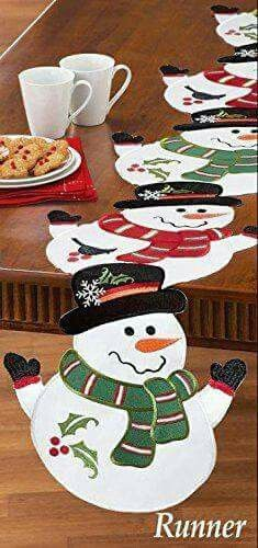 Hermosas ideas y tutorial para hacer caminos de mesa navideños ~ cositasconmesh Christmas Placemats, Christmas Runner, Christmas Pillow, Christmas Holidays, Christmas Sewing Projects, Christmas Crafts, Christmas Ornaments, Table Runner And Placemats, Quilted Table Runners