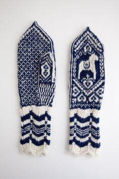 Love these hand knit Dala horse mittens! Mittens Pattern, Knit Mittens, Knitted Gloves, Knitting Socks, Hand Knitting, Knitting Patterns, Blue Mittens, How To Purl Knit, Look At You