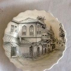 İlk defa yaptıgım siyah beyaz Çini tabak Pottery Sculpture, Sculpture Clay, Sculptures, Hand Painted Ceramics, Porcelain Ceramics, China Porcelain, Glazes For Pottery, Ceramic Pottery, Pencil Shading