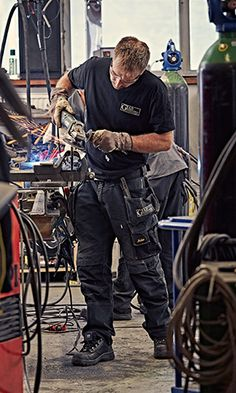 Industrial installation is tough mechanical work that wear hard on the clothes. That is why Jörgen Olsson, mechanic and partner with GIAB is picky with his work trousers. For him, nothing beats the classic 3-series.