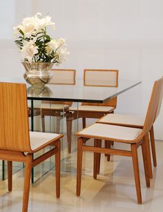mesa de jantar de vidroA sala de jantar segue o mesmo estilo do estar e tem mesa de vidro + cadeiras (linnndas cadeiras) de madeira e tecido bege. Projeto: Gabriel Magalhães e Luiz Cláudio Souza. / Fotos: Marcelo Negromonte.