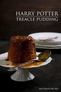 Anything treacle seems to be a favourite of Harry Potter. Weasley serves treacle pudding up in Harry Potter and the Chamber of Secrets. Harry Potter Desserts, Harry Potter Treats, Harry Potter Food, Harry Potter Recipes, Harry Potter Backen, Just Desserts, Dessert Recipes, Le Diner, Cupcakes