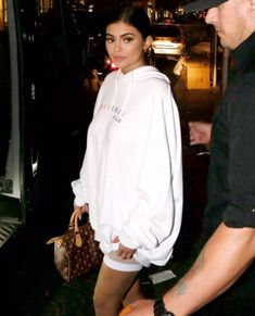 Inspirations of Kylie Jenner's Outfit for Your Casual Day - Femalikes Kendall Jenner Outfits, Photoshoot Kylie Jenner, Kendall Y Kylie Jenner, Trajes Kylie Jenner, Looks Kylie Jenner, Kyle Jenner, Kylie Jenner Style, Kylie Jenner Fashion, Kylie Jenner Snapchat