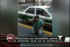 Un taxista en México, hasta se arrodilla para intentar que no lo multen