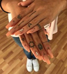 hand tattoo ideas from women celebrities that love ink 19 ~ thereds.me Über 120 Hand-Tattoo-Ideen von Prominenten, die Tinte lieben 19 ~ thereds. Girl Finger Tattoos, Finger Tattoo For Women, Small Finger Tattoos, Hand Tattoos For Women, Finger Tattoo Designs, Henna Tattoo Designs, Diy Tattoo, Tattoo Designs For Women, Hand Tattoo Small