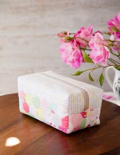 This adorable Hexie Block Zip Pouch is easy to make with hexagon cheater fabric! These simple zip pouches make perfect gifts. Pouch Pattern, Purse Patterns, Sewing Patterns Free, Pioneer Woman Placemats, Zip Pouch Tutorial, Sewing Lessons, Sewing Tips, Sewing Ideas, Quilted Tote Bags