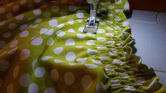J'ai réalisé cette robe pour ma nièce et j'en ai profité pour vous faire un petit tuto. C'est un modèle de robe que se porte super facilement. Mais le plus beau de ce modèle, c'est que c'est une ro… Baby Couture, Couture Sewing, Creation Couture, Sewing Box, Sewing Hacks, Diy Clothes, Smocking, Sewing Patterns, Simple
