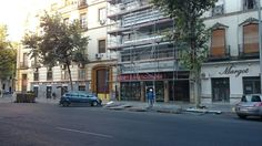 Rehabilitación de fachada en la calle Marqués de Paradas, Sevilla. Vista a pie de calle