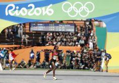 Jemima Jelagat Sumgong acabou assegurando a medalha de ouro na maratona feminina (Foto: Adrian DENNIS/AFP)