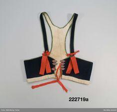Ett livstycke a. med tillhörande band b-c. Av mörkblå vadmal med röda band. Den smala ryggen visar på sen användning sannolikt efter 1870.  Boda