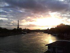 Foto tomada al atardecer en Paris desde el rio Sena