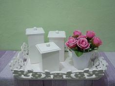 Bandeja e potes em estilo provençal com vasinho e flores