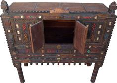 Diese Kommode ist typisch für den Stil der Möbelmacher aus dem indischen Orissa. Kunstvolle Schnitzereien, Einlegearbeiten mit Spiegeln oder Münzen und farbenfrohe Akzente sind ein Blickfang für jede Diele. Shabby, Marquetry, Indian, Dresser, Art