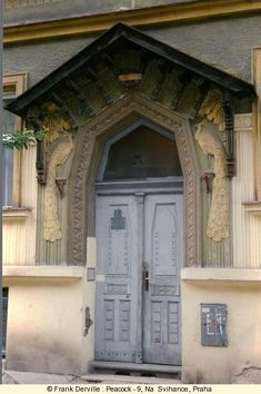 Peacock is the most spread Art Nouveau pattern. The shop, rue Raugraff in Nancy (partly destroyed today but the remaining parts restored) only show the feathers.