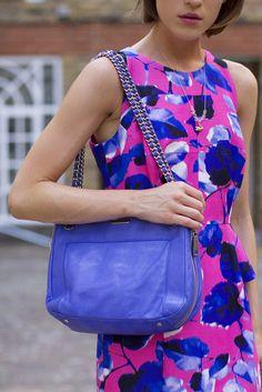 Look Du Jour : Graphic dress & blue leather bag