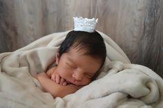 Foto da Fotografa Vanessa Bacarin <br>Coroa em crochê para ensaios fotográficos com bebês e grávidas. <br> <br>Tamanhos (circunferência): <br> 20 cm <br> <br>Faço na cor que você quiser.