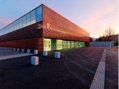Anstelle der alten Rundhalle an der St. Martiner Straße wurde eine neue Ballsporthalle errichtet, die sowohl der angrenzenden AHS als auch diversen Sportvereinen zur Verfügung steht und für interna…