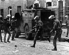 Paras on duty on the streets of Londonderry Northern Ireland Troubles, Northern Island, Images Of Ireland, British Armed Forces, Londonderry, Special Forces, Belfast, Military History, Britain