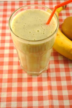 Kiwi Banana Smoothie - 1 kiwi, one banana, Honey, 150 ml yogurt, and ice. (I also added some almond milk! Smoothie Recipes With Yogurt, Healthy Fruit Smoothies, Smoothie Drinks, Healthy Fruits, Healthy Drinks, Healthy Meals For One, Super Healthy Recipes, Raw Food Recipes, Kiwi Banana Smoothie