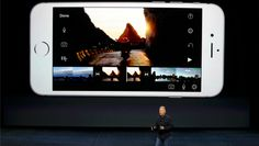 """El iPhone 6S y iPhone 6S Plus los dos nuevos modelos de iPhone de Apple   Apple desveló el miércoles dos nuevos modelos de su iPhone en busca de aprovechar el éxito que cosechó con el lanzamiento el año pasado de sus primeros teléfonos inteligentes de gran pantalla.  Los nuevos teléfonos el iPhone 6S y el 6S Plus tienen las mismas dimensiones que sus equivalentes de la última versión.  """"Lucen parecidos pero hemos cambiado todo en estos iPhones"""" dijo el jefe ejecutivo de la firma Tim Cook en…"""