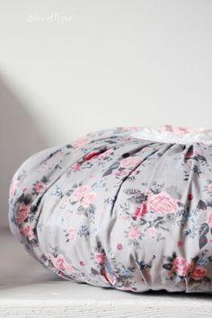 """Romantisches Kissen """" Rosenkissen"""" *ohne Inlett*.  Das zauberhafte runde Kissen ist auf der Vorderseite mit einem   gehäkelten Granny verziert.  Es..."""