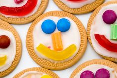 face biscuits - a quick and easy easy way to decorate biscuits/cookies for a party from @katepickle