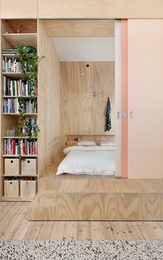 This Melbourne apartment you'll find beautiful materials, smart space solutions and a young home feeling. The soft colors, the use of wood and that amazing bathroom (!) are all perfectly combined. And we love the subtile use of the plants in the rooms. Desgined by Clare Cousins Architects Photography