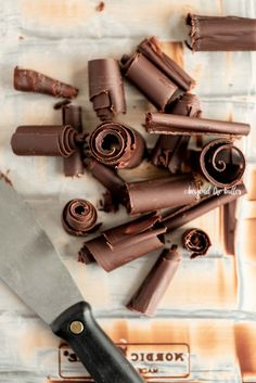 How to Make Chocolate Curls - Beyond the Butter Chocolate Curls, Best Chocolate, Homemade Chocolate, Chocolate Desserts, Melting Chocolate, Chocolate Art, Chocolate Decorations, Baking Tips, Baking Recipes