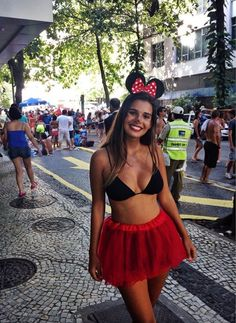 Do you want to look hot this halloween? Here are 25 hot college halloween costumes that you can copy this year. Hot Halloween Costumes, Halloween Looks, Carnival Costumes, Halloween Outfits, Party Costumes, Halloween Party, Minnie Mouse Kostüm, Halloween Kleidung, Mouse Costume
