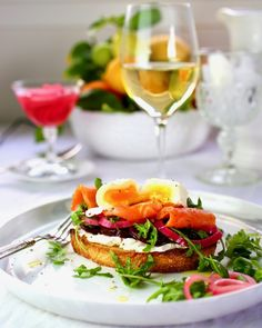 Norwegian Smoked Salmon Toast - Taste With The Eyes Best Chicken Noodle Soup, Smoked Salmon Appetizer, Grilled Oysters, Roasted Chicken Breast, Clean Eating Snacks, Brunch Recipes, Salmon Burgers, Meal Planning, Food Photography