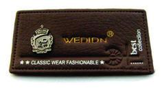 etiqueta de cintura para jean con grabado y aplique metálico.