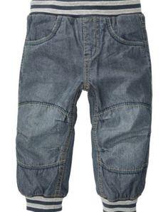 PVP 17.95€  Pantalones blanditos y anchos con cintura elástica de la marca Name It, con regulador ajustable. También tienen dos bolsillos delanteros, dos bolsillos traseros y la goma de la cintura y los puños estan decorados con rayas azul y gris.    95% Algodón, 5% Elastane.