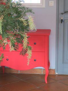 Terre cuite et meuble ancien rénovée de couleur acidulée  Photo www.lezardmandarine.com