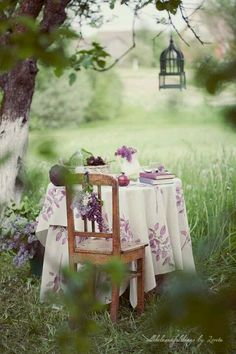 plums picnic How to perk up your picnic! This is a great way to make a family or couple's picnic that much better! Countryside Wedding, Al Fresco Dining, My Secret Garden, Summer Picnic, Simple Pleasures, Dream Garden, Garden Path, Garden Table, Herb Garden