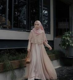 This Gown from Suka bgt sama detail brukatnya, so pretty 💗 Hijab Gown, Kebaya Hijab, Hijab Dress Party, Hijab Style Dress, Kebaya Dress, Dress Pesta, Hijab Chic, Muslim Fashion, Hijab Fashion