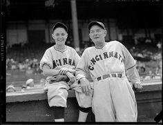 1938 - Cincinnati Reds batboy and manager Bill McKechnie at Braves Field. Baseball Manager, Baseball Players, Johnny Bench, Cincinnati Reds Baseball, Bat Boys, Sports Personality, Baseball Stuff, Mickey Mantle
