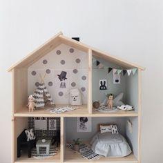 In deze blogpost een mooie beschrijving van een DIY IKEA dollhouse, gemaakt door Karolina. Ze maakte miniatuur meubels en naaide leuke kussentjes.