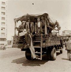 Entre 1945 e 1950 - Passageiros em caminhão na Avenida Rangel Pestana. Trecho da avenida em direção à praça Clóvis Bevilacqua / praça da Sé.