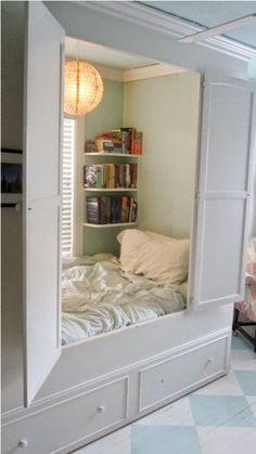 Kapp-voodi või omaette mini magamistuba. Kui tahad paned uksed kinni ja keegi ei sega :)