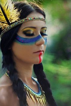 maquillage guerrier, demisphères bleues sous les yeux et maquillage des yeux en gris et jaune