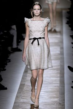 Valentino Spring 2011 Ready-to-Wear Fashion Show - Celine Van Amstel (IMG)