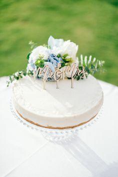 Elegant single-tier round vanilla cheesecake wedding cake with floral decoration and Mr & Mrs cake topper. MOMENTS www.weddingincrete.com