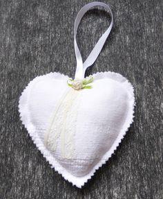 coeur shabby, linge ancien, agrémenté d'une petite rose écrue et de dentelle : Accessoires de maison par alsace-gourmets