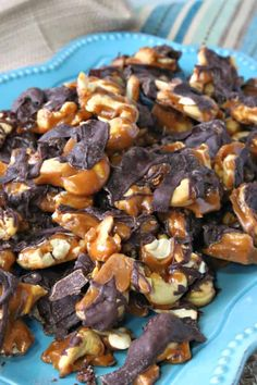 Homemade Candy Recipe Roundup - Delicious Gifts for all Occasions Hot Chocolate Fudge, Chocolate Granola, Chocolate Graham Crackers, Chocolate Candies, Homemade Toffee, Homemade Butter, Homemade Candies, Cashew Crunch Recipe, Peanut Brittle Recipe