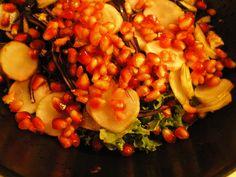 Råkost af grønkål, rødkål og jordskokker med linser og granatæble. En sand vitamin- og farvebombe med alt det bedste fra kål og rodfrugter, linser og frugt.
