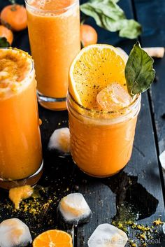 Vegan Orange Ginger Turmeric Detox Smoothie // After all the crazy Christmas feasts, January is the best time of the year for a full body detox. To help your diet, drink a glass of this pleasant orange smoothie every morning. Its high fiber and vitamin co Smoothie Detox, Smoothie Curcuma, Juice Smoothie, Orange Smoothie, Cleanse Detox, Diet Detox, Orange Juice, Stomach Cleanse, Carrot Smoothie