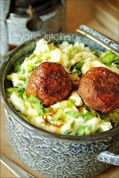 Authentic Dutch Meatballs with Gravy - Stamppot met Gehaktballen Amish Recipes, Dutch Recipes, Cooking Recipes, Netherlands Food, Meatballs And Gravy, Albondigas, Beef Dishes, Meatball Recipes, Ground Beef Recipes